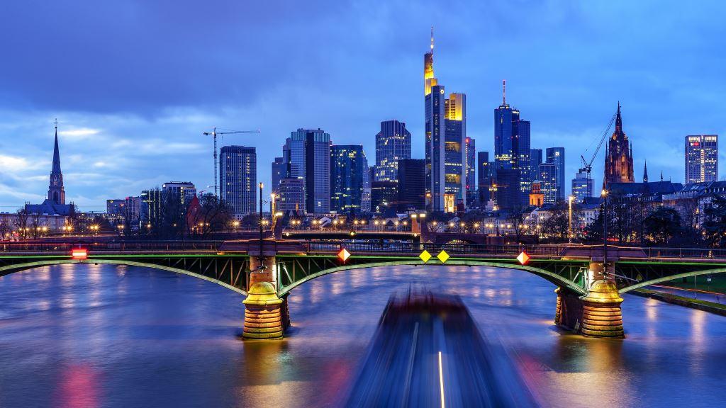 blaue Skyline mit Brücke davor