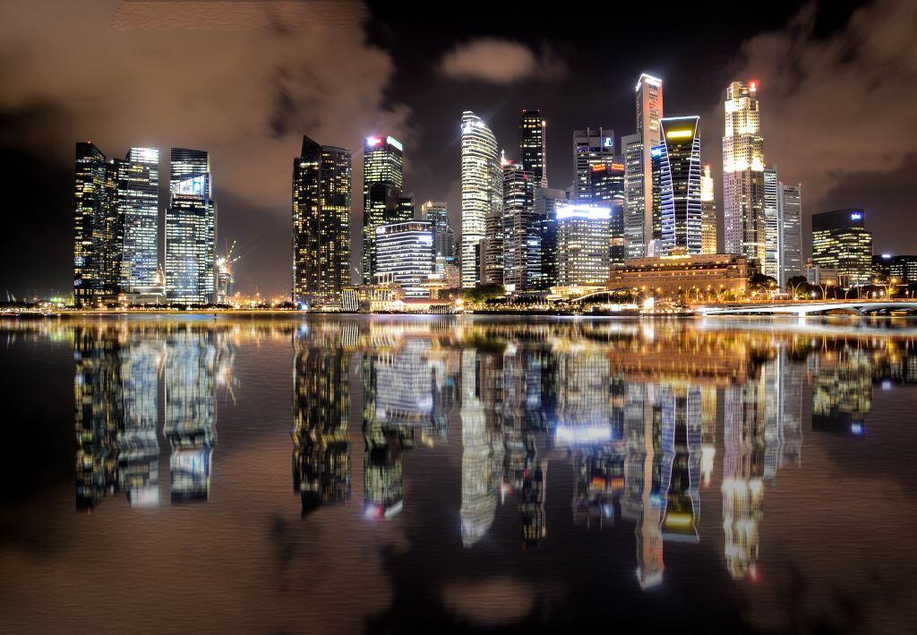 Wolkenkratzer hell erleuchtet bei Nacht