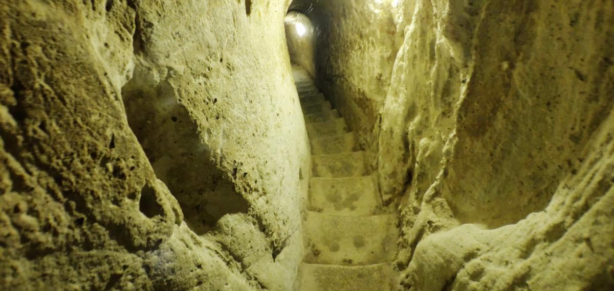 Treppe nach unten im Grundgestein