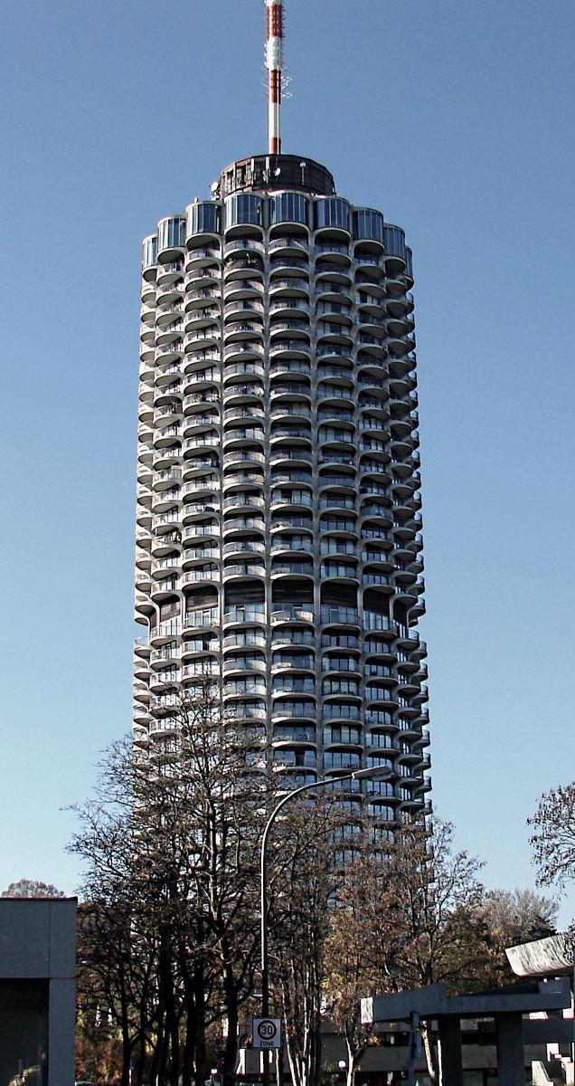 hässlicher runder Hotelturm