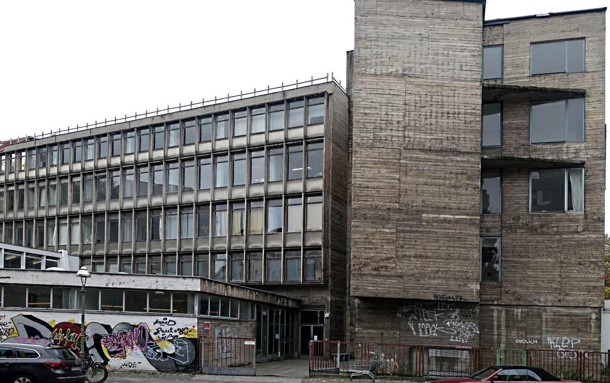 abgewracktes Bürogebäude neben Beton-Klotz