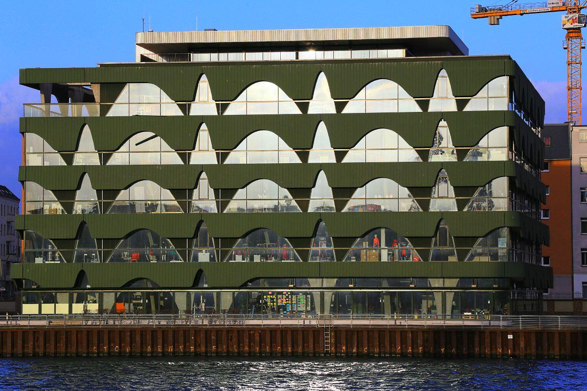 Block mit kotzgrüner Fassade