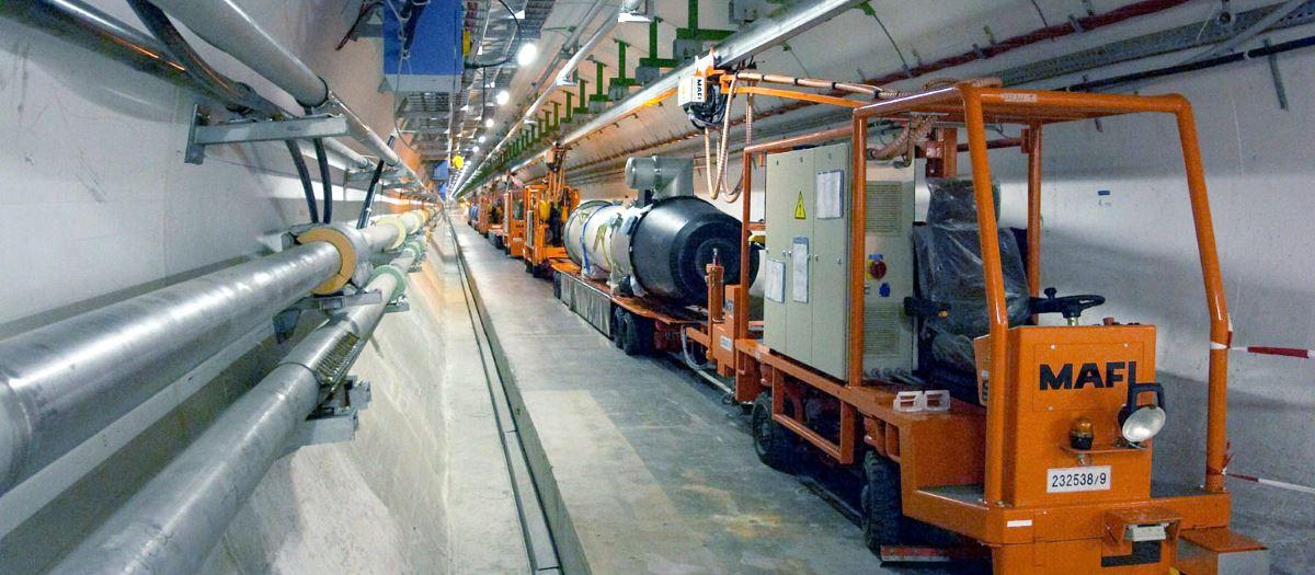 Betonröhre orangefarbene Transportfahrzeuge