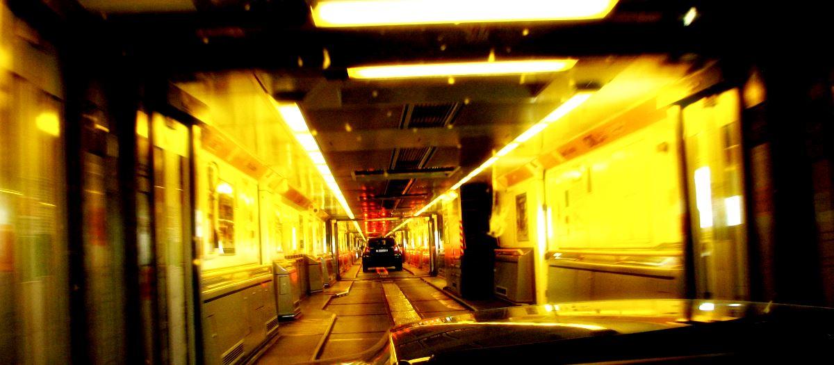 Sicht aus Auto, langer Zug