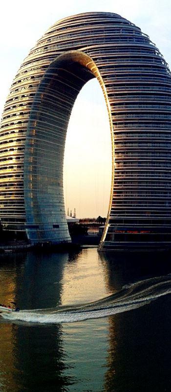 gebogenes Gebäude am See