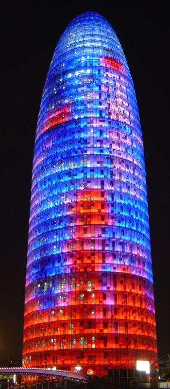bunter Wolkenkratzer bei Nacht