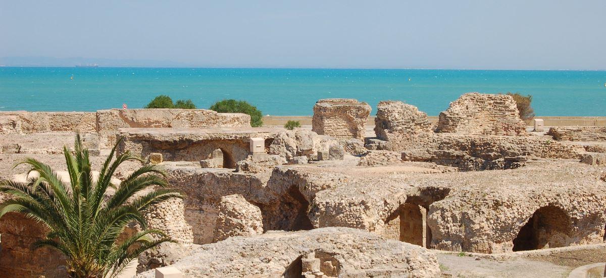 Ruinen vor dem Mittelmeer