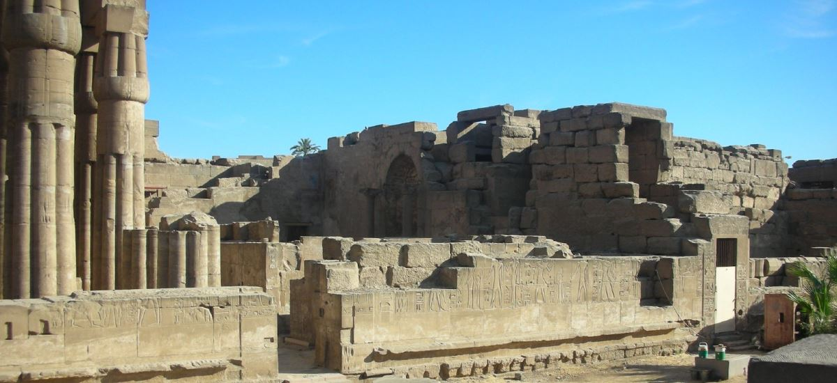 Säulen, alte Mauern
