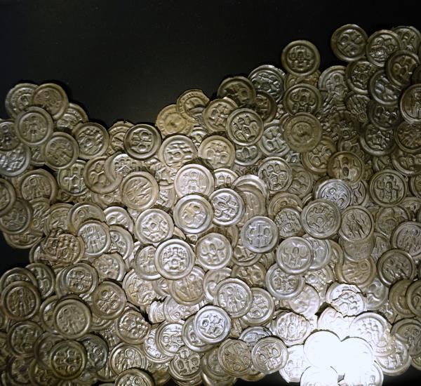 sehr viele silberne Münzen