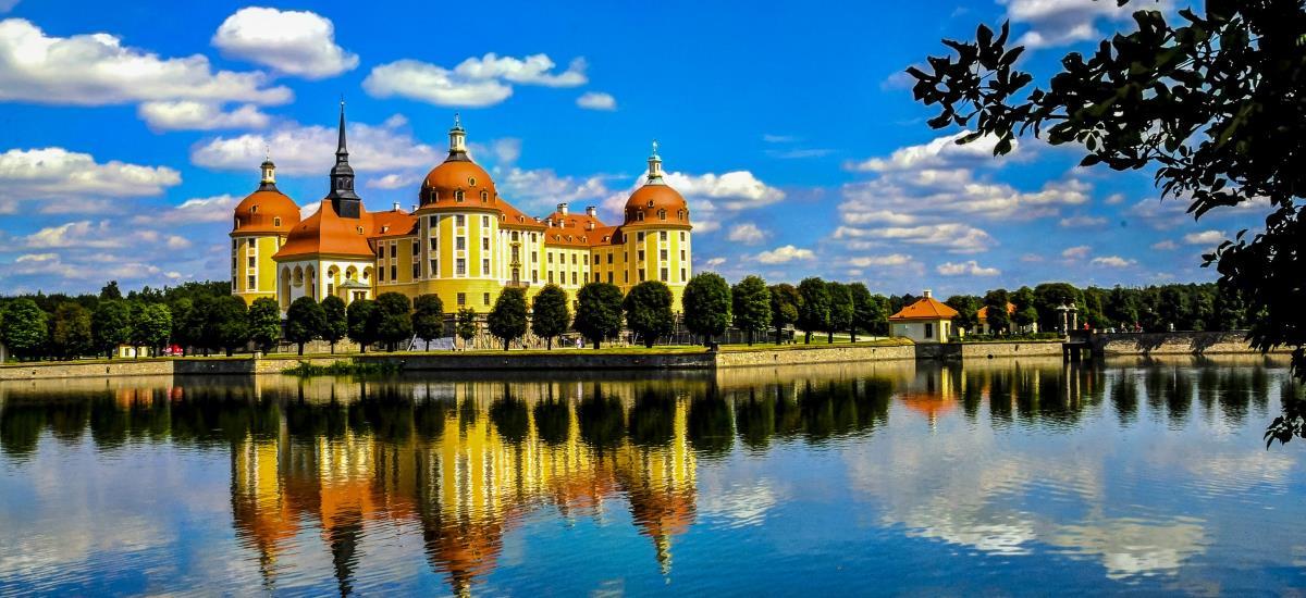 schönes Schloss spiegelt sich im Wasser
