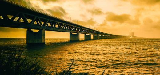 lange Doppelstockbrücke vor bedeckten Himmel