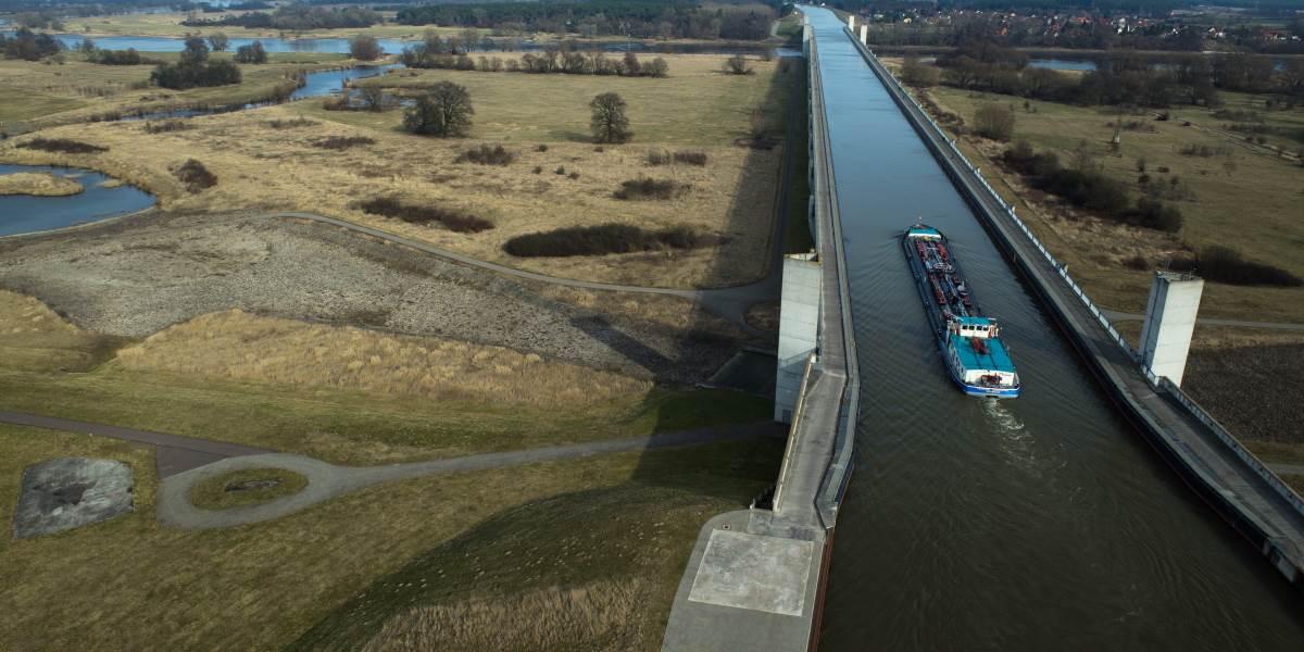 Kanalbrücke mit Schiff