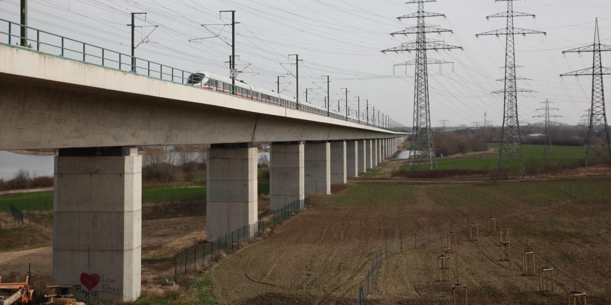 Eisenbahnbrücke mit ICE