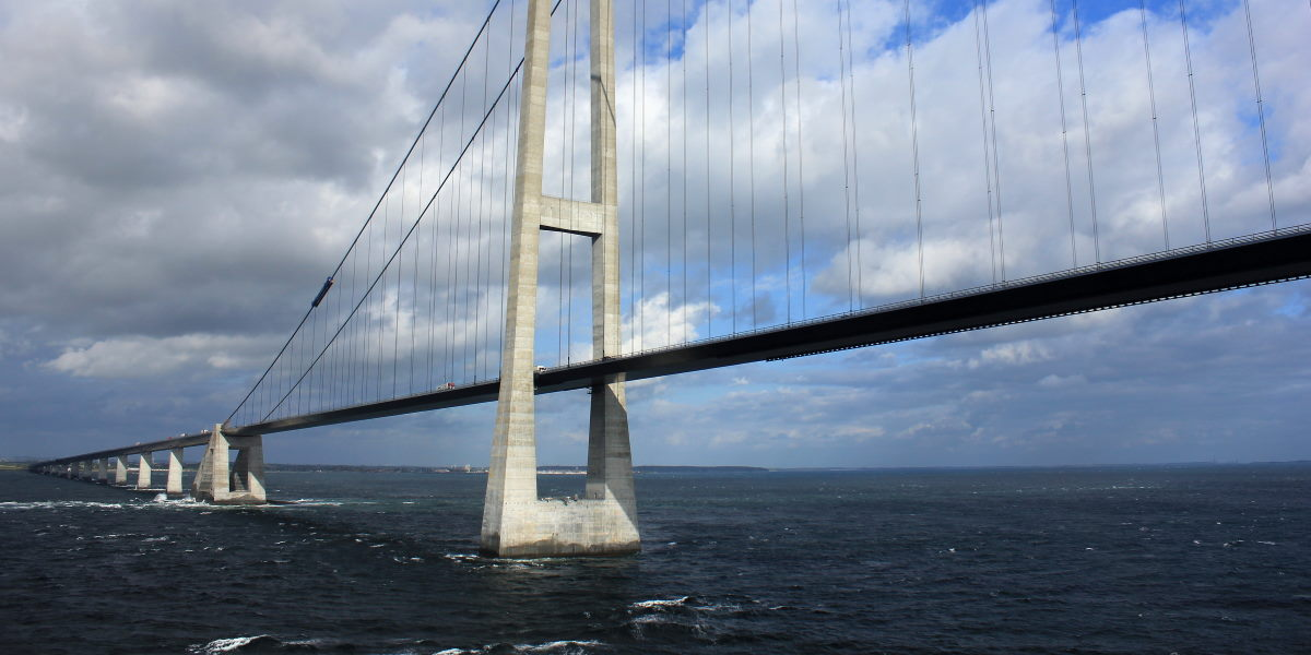 Hängebrücke über Meer