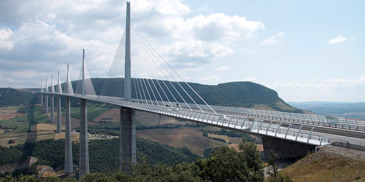 lange Brücke an Stahlseilen
