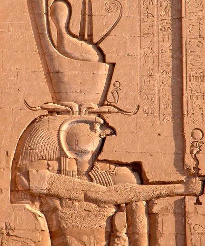 Gottheit Horus an Tempelwand