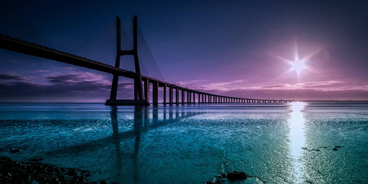 lange Brücke über Fluss