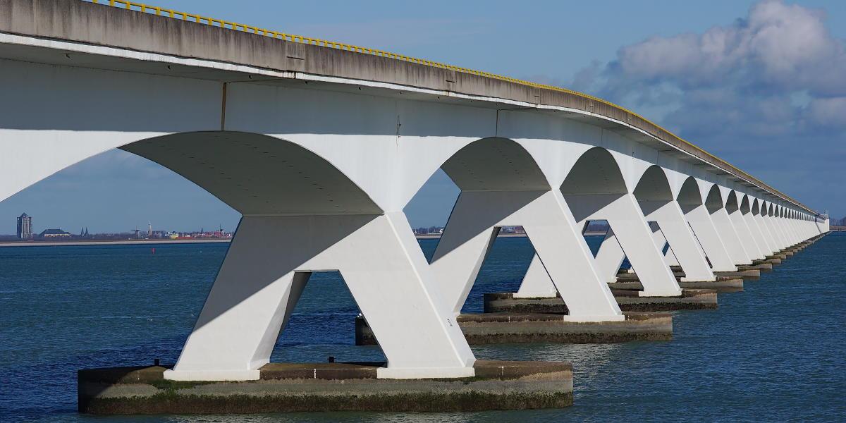 lange Brücke mit weissen Pfeilern